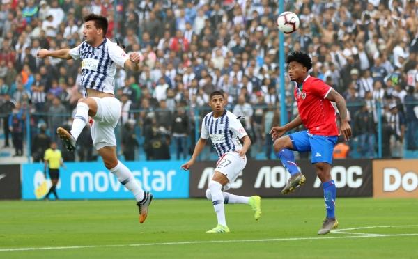 Affonso cumplió en lo suyo. Acá Rentería le gana un balón pasado ante la mirada de Quevedo. (Foto: Fabricio Escate / DeChalaca.com)