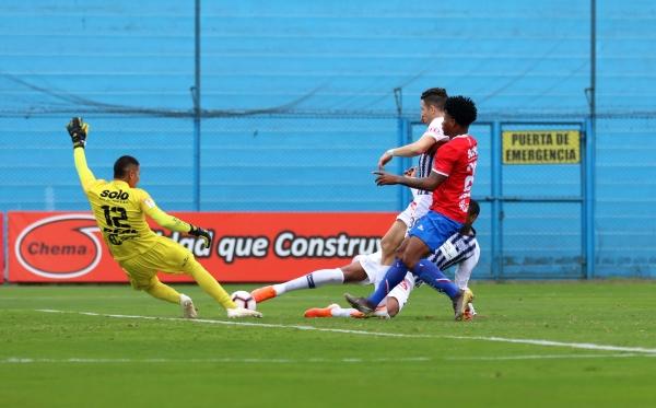 Zamudio tuvo intervenciones oportunas. Acá anticipa con el pie la atropellada de Affonso. (Foto: Fabricio Escate / DeChalaca.com)