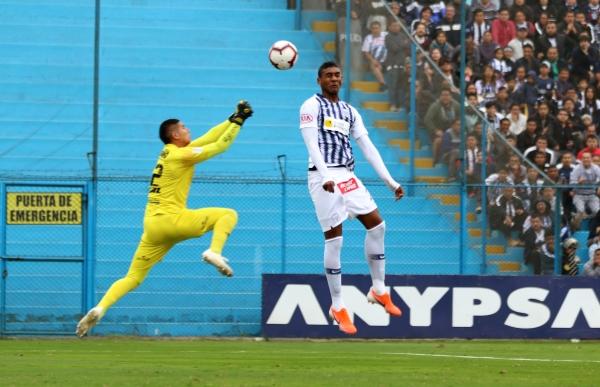 Fuentes se perdió una chance clara. Acá salta ante la salida de Zamudio. (Foto: Fabricio Escate / DeChalaca.com)