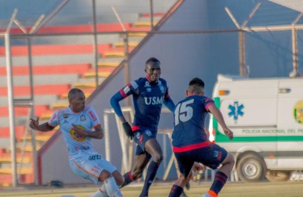 Afolabi no tuvo un buen partido en las alturas ayacuchanas y esto fue aprovechado por Wilmer Aguirre. (Foto: Prensa Ayacucho FC)