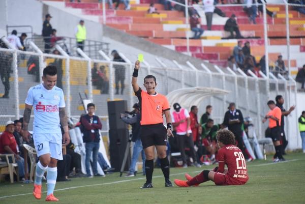 Mendoza no titubeó para expulsar a Ortiz. Acá le muestra la primera amarilla que le sacó. (Foto: Álex Melgarejo / DeChalaca.com)