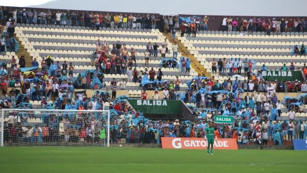 Los asistentes tuvieron que cubrirse de la lluvia que cayó sobre cielo huanuqueño. (Foto: Álex Melgarejo / DeChalaca.com)