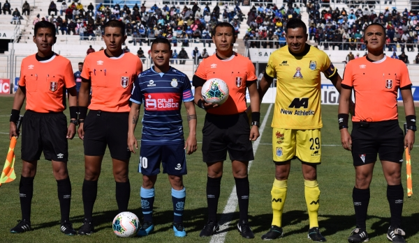 Aunque hubo situaciones polémicas, Micke Palomino respondió al exigente partido. (Foto: David Ramos / DeChalaca.com)