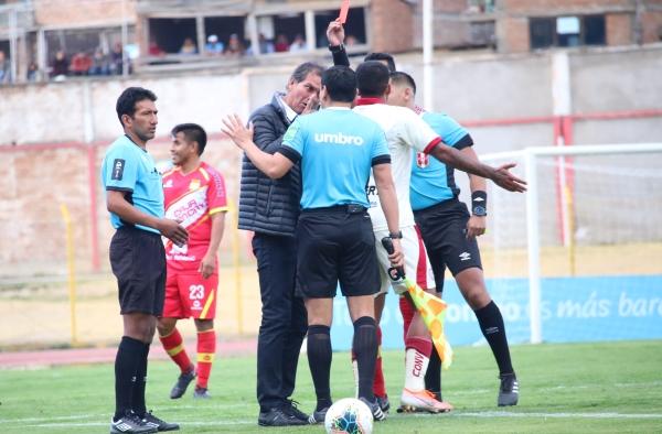 El juez Bruno Pérez le mostró la tarjeta roja a Franco Navarro, quien no se quedót tranquilo. (Foto: Juan Aquino / DeChalaca.com)