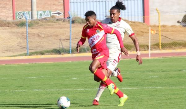 Con un gol de gran factura, Jorge Bazán venció la valla de Erick Delgado. (Foto: Juan Aquino / DeChalaca.com)