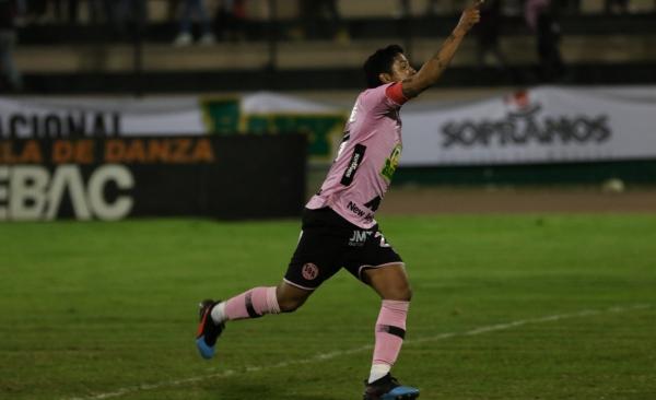 Su ingreso no solo le dio fútbol a los rosados, sino que Manco ejecutó bien el penal e hizo estallar el estadio Miguel Grau. (Foto: Pedro Monteverde / DeChalaca.com)