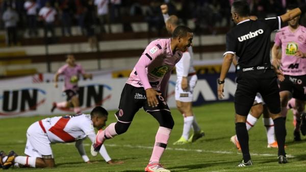Con goles claves, Balbín se ha convertido en un abanderado de los rosados en su lucha por no descender. (Foto: Pedro Monteverde / DeChalaca.com)