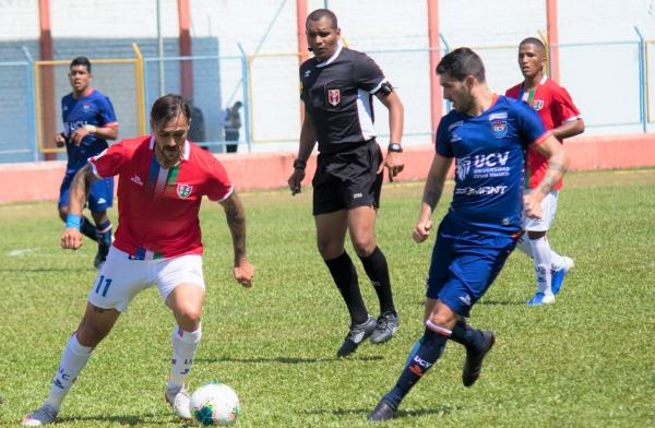 La dupla Silva - Pacheco se asoció por momentos pero sin llegar a concretar. (Foto: Emilio Ruiz / DeChalaca.com)