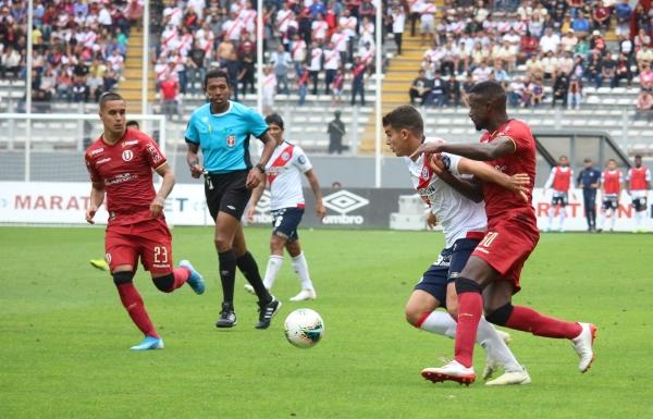 Ramos y Barco con la mirada en el balón ante un movedizo Succar. (Foto: Fabricio Escate / DeChalaca.com)