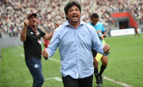 Un efusivo Víctor Rivera celebra el categórico triunfo de su equipo. (Foto: Fabricio Escate / DeChalaca.com)