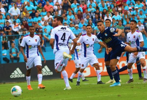 Un desconcertado Gambetta ante el grito de gol de Chávez. (Foto: Fabricio Escate / DeChalaca.com)