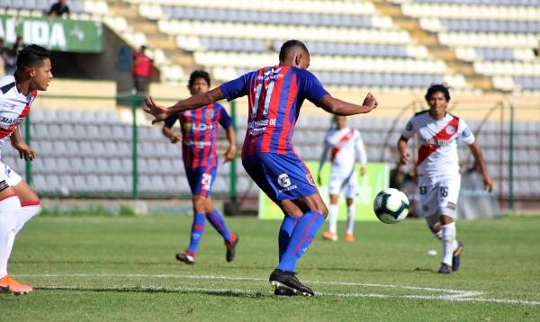Si bien ha tenido un buen campeonato, Carlos Flores no la pasó bien en Huánuco ante Pajoy y Durán. (Foto: Mijaíl Úrsula / DeChalaca.com)