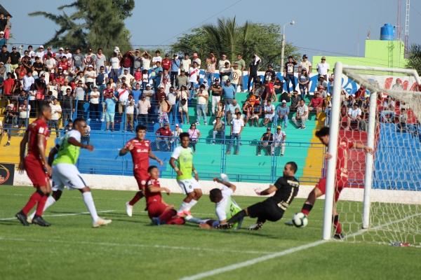 'Rafa' Guarderas ahogó el grito de gol de Kike Rodríguez al sacar la pelota de la raya. (Foto: Larry Jalk / DeChalaca.com)