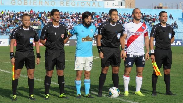 El juez Diego Haro tuvo un acertado manejo del juego y dejó una mejor impresión. (Foto: Mario Azabache / DeChalaca.com)