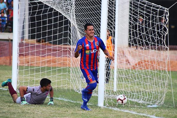 Víctor Rossel celebra ante Boys. Será el titular en Alianza Universidad. (Foto: Mijail Úrsula)