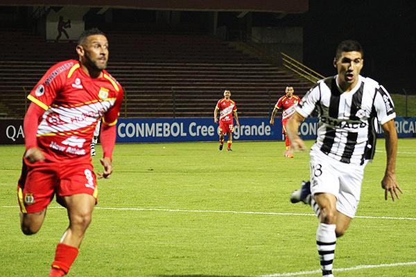 Huancayo pudo tener mejor suerte ante un Montevideo Wanderers que acabó haciendo su negocio en la 'Incontrastable'. (Foto: Enrique Tapia)