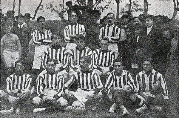 Equipo del Association FBC en 1912. Años luego, en 1925, este club se fusionaría con el Ciclista Lima. (Foto: libro 'El Fútbol Asociado', Alberto Cajas)