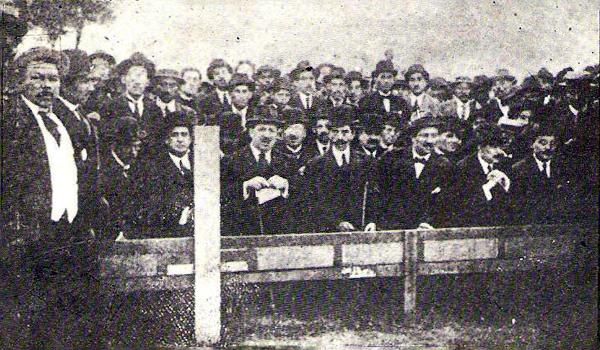Aficionados al fútbol en una tribuna en Santa Beatriz, en 1913. Así se vivía entonces la afición por el incipiente deporte. (Foto: Historia del Fútbol Peruano, Reco Borodi)