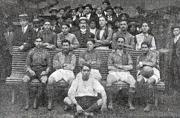 Sporting Miraflores, en cuya alineación destacaban Eduardo Fry y el gran Telmo Carbajo, quien aparece al centro entre los sentados en primera fila. (Foto: libro 'El Fútbol Asociado', Alberto Cajas)