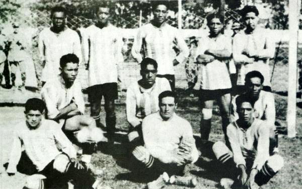 Aquí como jugador de Alianza Lima, al centro, en sus primeros años como futbolista en 1926 (Recorte: Libro de Oro de Alianza Lima, El Comercio)
