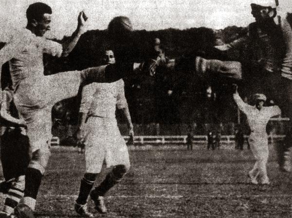 Escena del primer clásico del fútbol peruano en la que se puede apreciar, detrás de la jugada, a un muy atento árbitro que respondía al nombre de Julio Borelli (Recorte: revista Don Balón Perú)