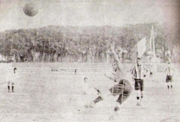 Gol de penal de Domingo García para Alianza Lima en el empate a un gol con Universitario en 1928 (Recorte: diario La Crónica)