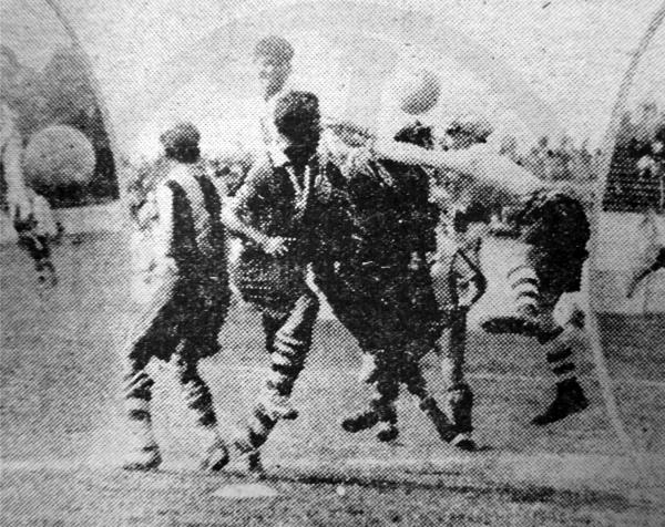 Por arriba, de cabeza, el 'Mago' Valdivieso señala uno de sus goles en el arco de Sportivo Unión (Recorte: diario La Crónica)