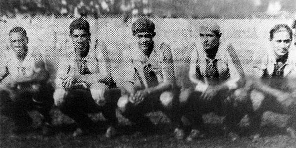 La línea de ataque de Alianza Lima que goleó a Sportivo Unión, con Juan Valdivieso al centro y su característica gorra de arquero (Recorte: diario La Crónica)