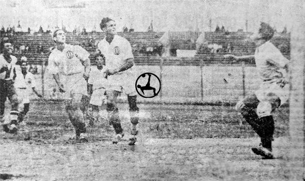 Escena del segundo gol de Universitario sobre el arco de Alianza Lima el día que se definió al campeón (Recorte: diario La Crónica)