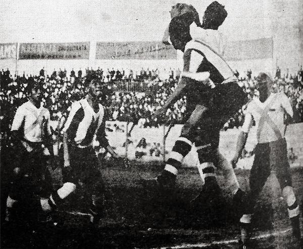 El duelo entre cuadros de La Victoria por la temporada de 1938, cuando el equipo 'Dinamitero' mandó a la baja a Alianza Lima (Recorte: diario La Crónica)