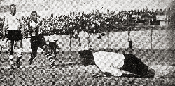 El arquero Raggio embolsa el balón en una de las varias acciones que lo convirtieron en la gran muralla que no pudo pasar Alianza (Recorte: diario La Crónica)