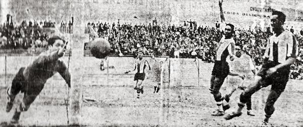 Gol de Universitario, gol de 'Lolo' Fernández para empatar el clásico que los cremas acabaron ganando de manera ajustada (Recorte: diario La Crónica)