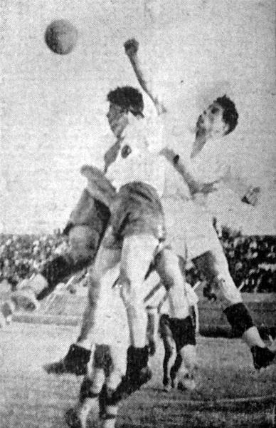 El arquero de Ciclista, Carrasco, despeja el balón con el puño ante la carga de los jugadores ediles (Recorte: diario La Crónica)