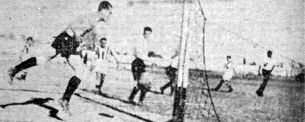 El primer gol del partido se acaba de anotar ante la incrédula mirada de Ganoza, arquero de Municipal (Recorte: diario La Crónica)