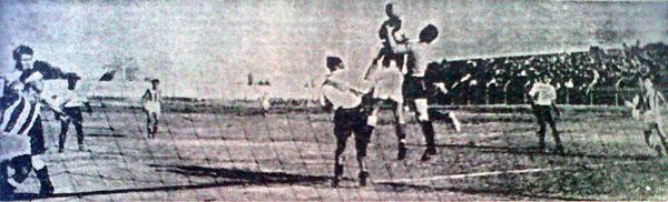 Nuevamente el portero Ganoza en acción, esta vez para sacarle el balón de la cabeza a García en un ataque de Ciclista (Recorte: diario La Crónica)