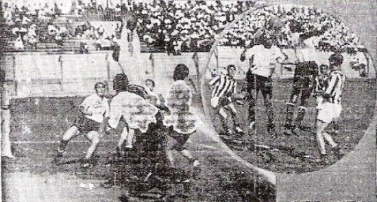 Escenas del primer partido de Iqueño en la máxima categoría, contra Atlético Chalaco en 1942. En acción el meta iqueñófilo Lostaunau. (Recortes: diario La Crónica)