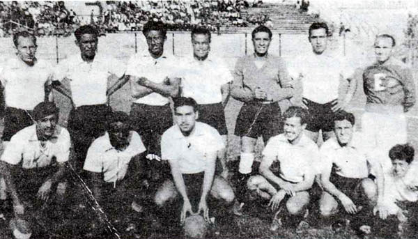 En 1942 Sport Boys obtuvo su tercer título con Baldovino entre los titulares. En la foto aparece como el penúltimo de los hincados, entre Carlos Valdivia y el 'Tuta' Agurto. (Foto: libro '¡Vamos Boys!', Teodoro Salazar Canaval)