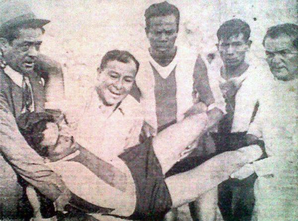 El 'Mago' Juan Valdivieso, a la izquierda ayudando en el traslado de un lesionado, cuando se desempeñaba como técnico de su equipo de toda la vida, Alianza Lima (Recorte: diario La Crónica)