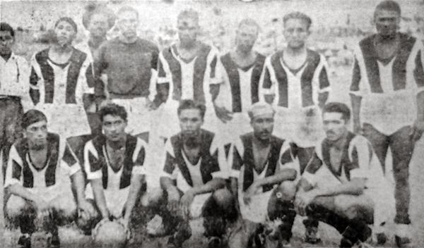 Once del Santiago Barranco que en el verano de 1946 jugó ante Sport Boys su pase a la División de Honor y en el que Rigoberto Felandro se destaca como su arquero (Recorte: diario La Crónica)