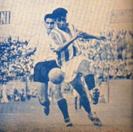 Lucha de balón en el partido en que Centro Iqueño se despidió de la categoría en 1946 frente a Atlético Chalaco. (Recorte: revista Equipo)