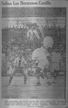 Los hermanos Félix y Roberto Castillo en acción durante el espectacular clásico que Alianza le ganó 4-3 a la 'U' en 1947 (Recorte: diario La Crónica, 30/06/47)