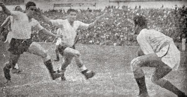 Un ataque rosado con Carlos Valdivia y Manuel Drago a la cabeza es controlado por el golero del Chalaco Humberto Becerra. (Recorte: revista Sport)