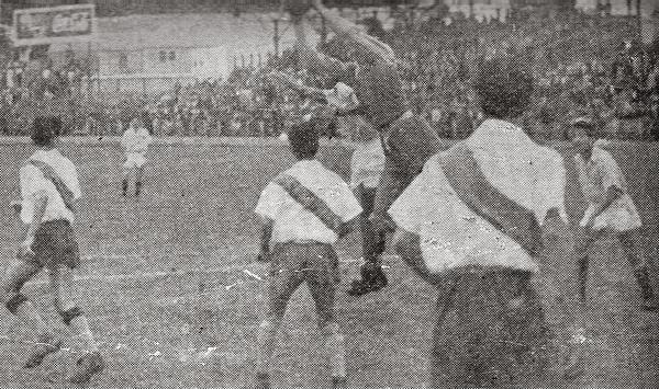 Escena del partido en el que Municipal cayó goleado ante el Sporting Tabaco (Recorte: revista Sport)