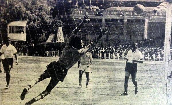 En su reaparición en las canchas en 1949, recibiendo un gol inatajable de Sporting Tabaco. (Recorte: revista Equipo)