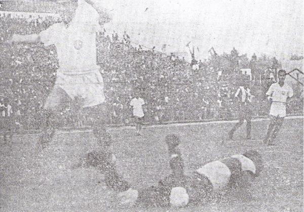 JUEGO LIMPIO. Otra de Legario y Terry, quien como digno 'compadre' salta para no hacer daño al golero en un balón dividido (Foto: revista Equipo)