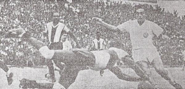 UN DUELO DE SIEMPRE. Legario se arroja en forma felina a los pies de Terry para impedir un avance. Era un clásico dentro de los clásicos (Foto: diario La Crónica)