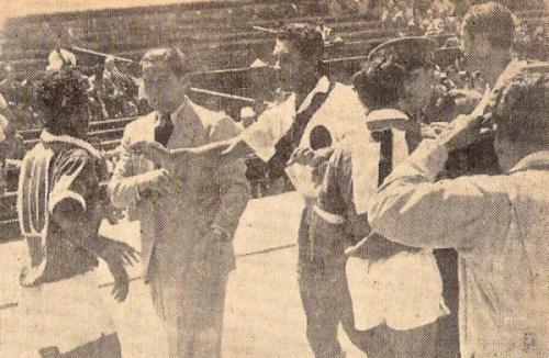 El 'Mago' Valdivieso discute con los belicosos jugadores del Chávez Callao en la goleada de 8-2 obtenida por los ediles ante este precario rival. (Foto: revista Equipo)