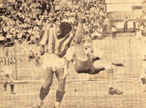 Tremenda chalaca de Augusto Alvarado ante Cañedo, de Atlético Chalaco. Fue en la apretada victoria 2-1 de la quinta fecha. (Foto: revista Equipo)