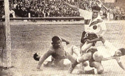Llega el 'Chino' Rivera, implacable como siempre, para convertir ante Asca en el Municipal 3 - Boys 1 del final de la primera rueda. (Foto: revista Equipo)