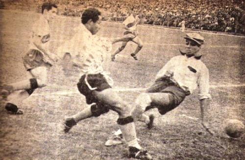 El 'Flaco' Suárez sale a cortar un avance de Abán en el estreno edil en el torneo de la ANA de 1950, frente a Mariscal Sucre. (Foto: revista Equipo)